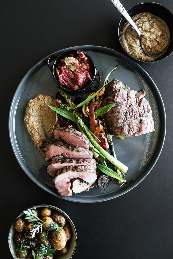 Grillet vildsvinekølle med kartofler og grønt