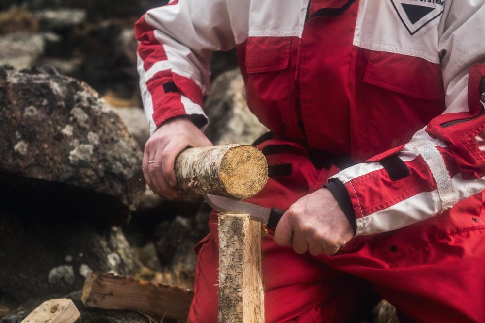 Særligt den robuste Mora Garberg er god til de hårdere opgaver, som her at flække mindre træstykker til bål.