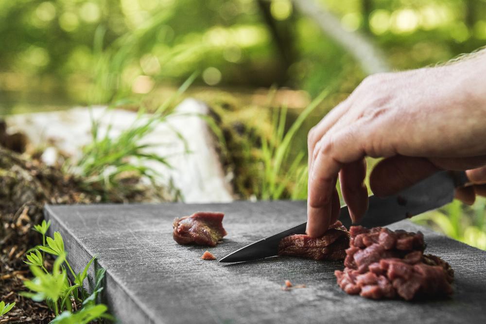 Skær kødet fra din sommerbuk i fine tern i stedet for at køre det gennem en kødhakker for at få lidt struktur på tataren.