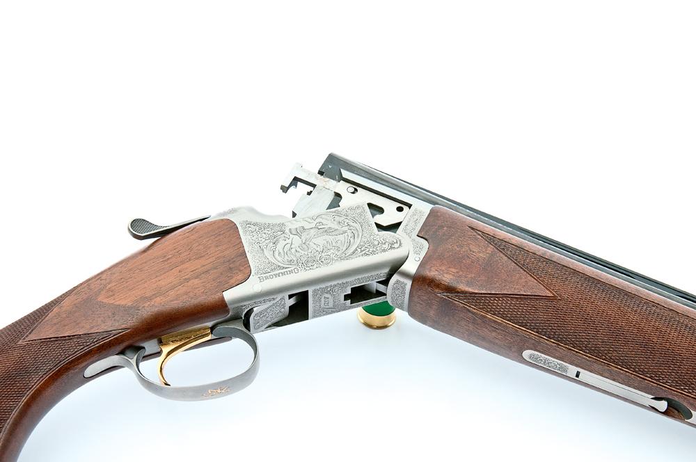 Den karakteristiske Browning-konstruktion på Browning B525 Hunter, hvor løbssættet 'hægtes' på den tværliggende bolt, og gribearmene har fat i den stærke bundkonstruktion.