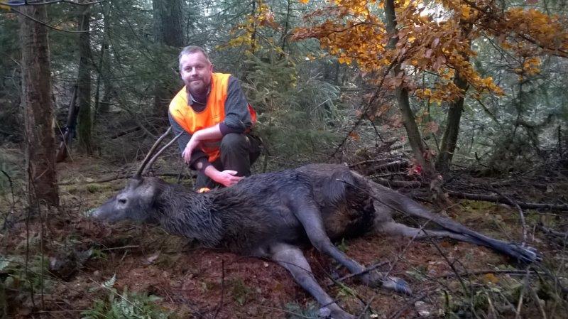Forfatteren med en spidshjort nedlagt på jagt i Tyskland