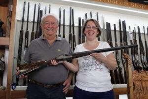 Ejerene af B. Rizzini der holder et våben