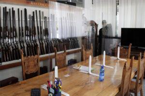 En masse våben på hylden